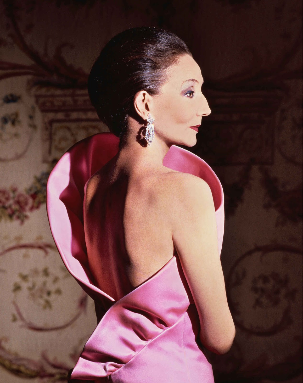 Jacqueline de Ribes in her own design (1983). Photograph by Victor Skrebneski, Skrebneski Photograph © 1983. Image: Courtesy of the Metropolitan Museum of Art.